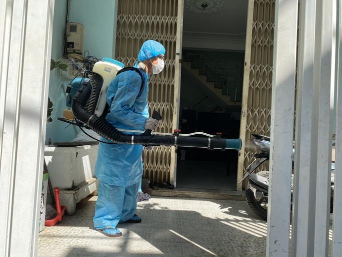 Clip: Khẩn trương khử khuẩn ở khu vực nhà bệnh nhân 418 - Ảnh 11.