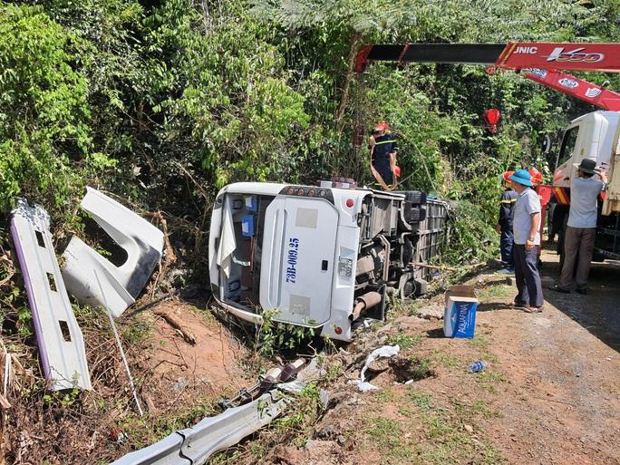 Lật xe, ít nhất 15 người chết, 21 người bị thương - Ảnh 1.