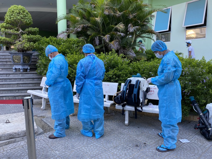 Clip: Khẩn trương khử khuẩn ở khu vực nhà bệnh nhân 418 - Ảnh 5.