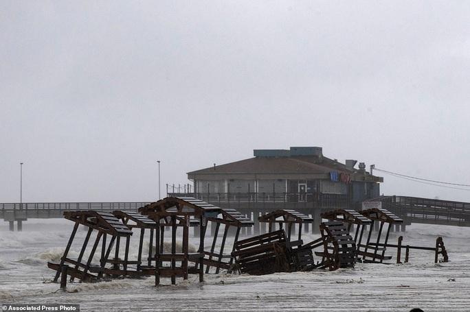 Mỹ: Bão mạnh đổ bộ vào nơi bị Covid-19 tàn phá, 2 bão khác nối đuôi  - Ảnh 2.