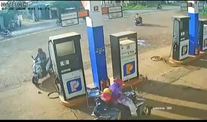 Truy tìm người đàn ông lượm cọc tiền của nhân viên cây xăng - Ảnh 1.