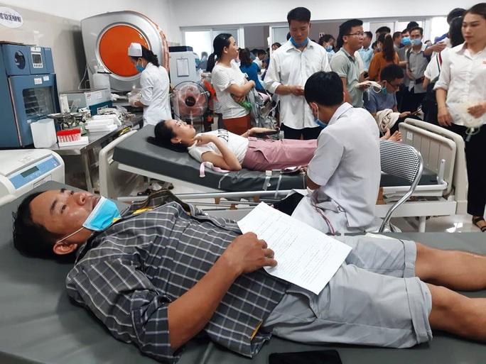 Rừng người đến bệnh viện hiến 230 đơn vị máu cứu 21 nạn nhân vụ tai nạn thảm khốc ở Quảng Bình - Ảnh 3.