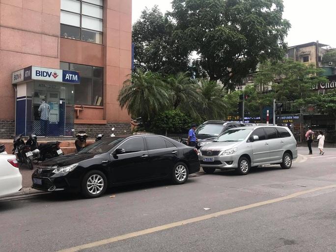 Hai tên cướp bịt mặt nổ súng cướp hàng trăm triệu đồng Ngân hàng BIDV trên phố Hà Nội - Ảnh 3.