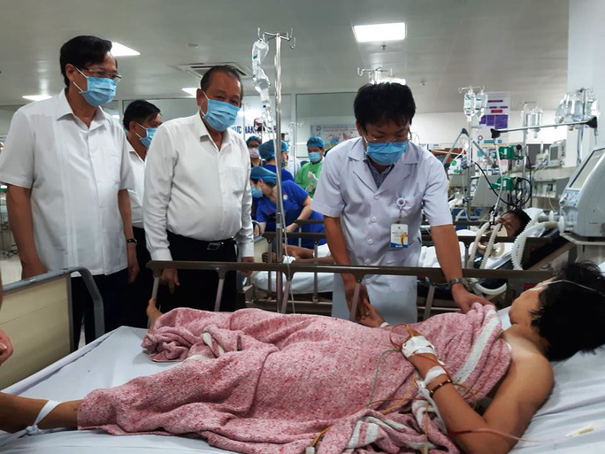 Hai bệnh nhân nặng trong vụ lật xe ở Quảng Bình được chuyển vào Bệnh viện Trung ương Huế - Ảnh 1.