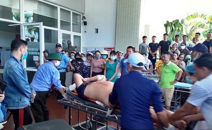 Hai bệnh nhân nặng trong vụ lật xe ở Quảng Bình được chuyển vào Bệnh viện Trung ương Huế - Ảnh 2.
