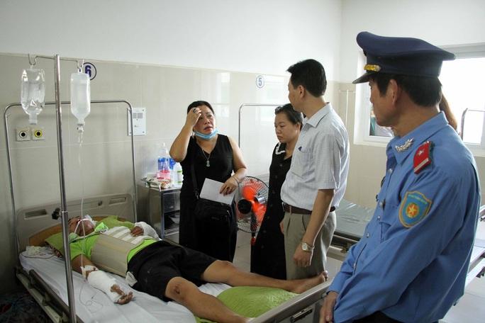 Vụ lật xe ở Quảng Bình: Đại tang trong 30 năm ngày về - Ảnh 1.
