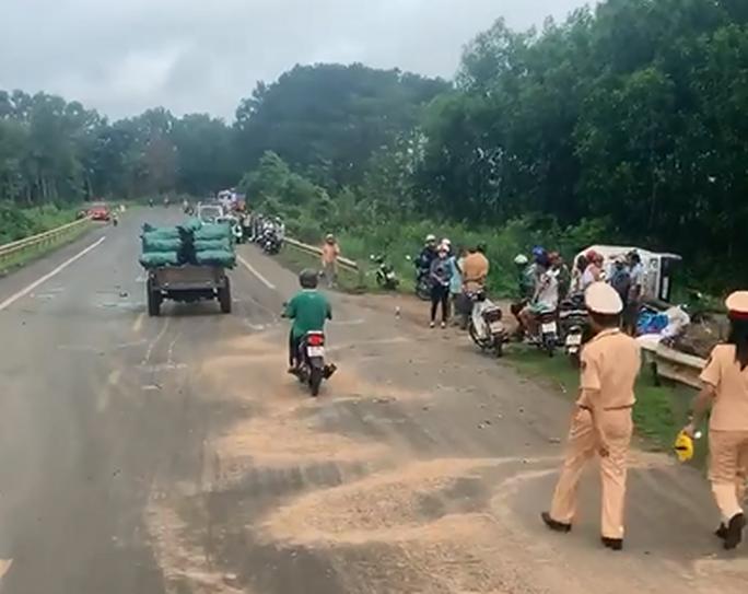 Tai nạn liên hoàn trên đường Hồ Chí Minh, nhiều xe lật, bẹp dúm - Ảnh 1.