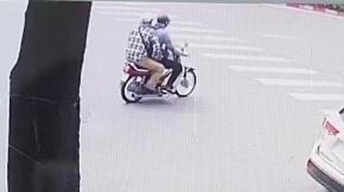 Công bố hình ảnh 2 tên cướp bịt mặt, nổ súng cướp 942 triệu đồng tại Ngân hàng BIDV - Ảnh 3.