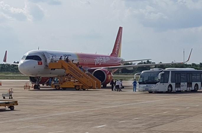Sân bay Cần Thơ đón hơn 240 người Việt từ Singapore về nước - Ảnh 1.
