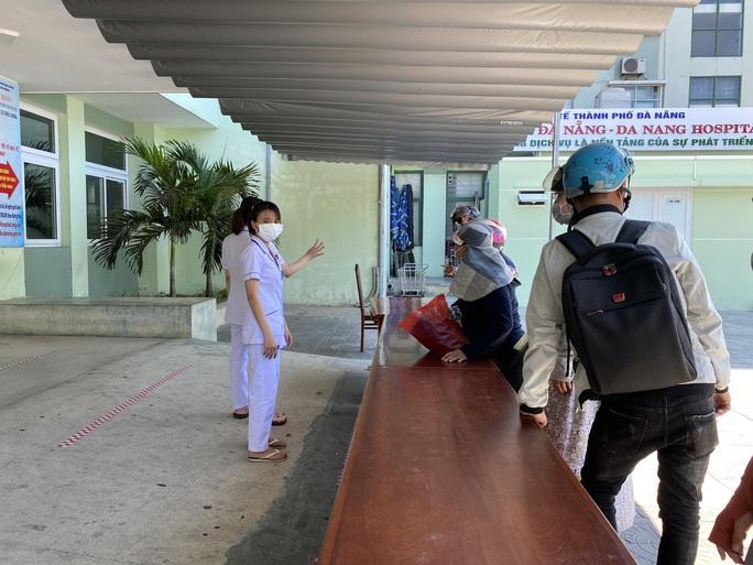 Nhiều bệnh nhân và người nhà trốn khỏi Bệnh viện Đà Nẵng trước lệnh cách ly - Ảnh 1.