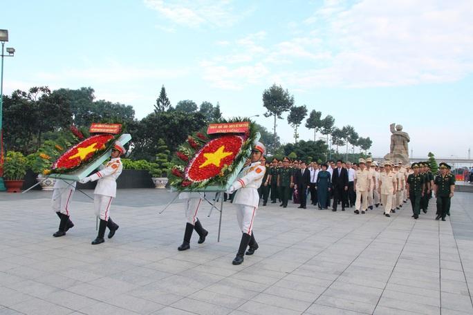 Sáng sớm, lãnh đạo TP HCM, Quân khu 7 dâng hương tưởng niệm các anh hùng liệt sĩ - Ảnh 1.