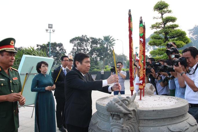 Sáng sớm, lãnh đạo TP HCM, Quân khu 7 dâng hương tưởng niệm các anh hùng liệt sĩ - Ảnh 3.