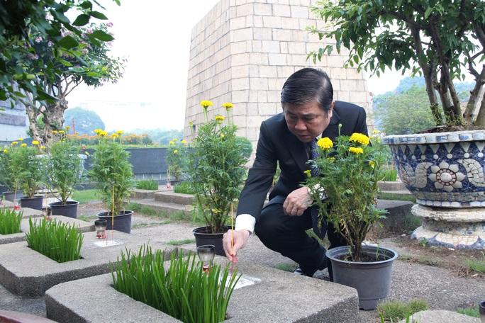 Sáng sớm, lãnh đạo TP HCM, Quân khu 7 dâng hương tưởng niệm các anh hùng liệt sĩ - Ảnh 4.