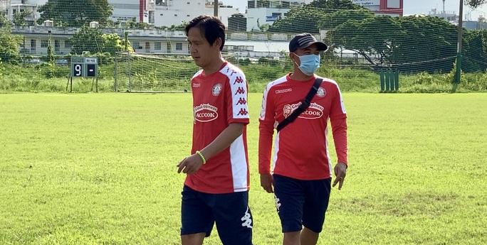 Thủ môn Bùi Tiến Dũng cáo bệnh trong ngày CLB TP HCM ra mắt tân trợ lý Nguyễn Minh Phương - Ảnh 1.