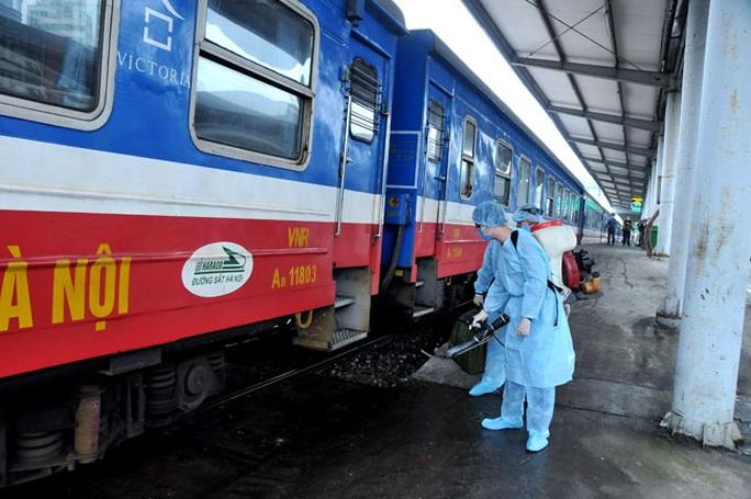 Xuất hiện Covid-19 ở cộng đồng, ngành đường sắt tăng cường tàu để giải tỏa du khách tại Đà Nẵng - Ảnh 1.