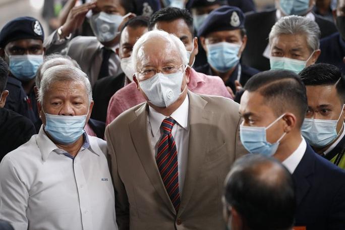 Cựu Thủ tướng Malaysia Najib lãnh 12 năm tù - Ảnh 2.