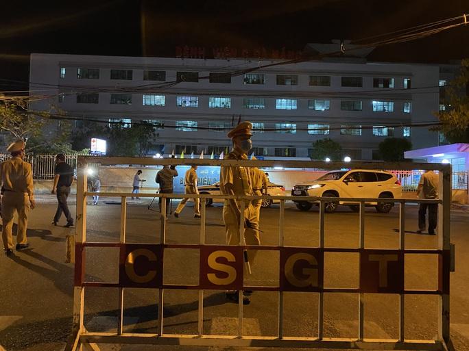 Cận cảnh phong tỏa chốt ra vào 3 bệnh viện lớn ở Đà Nẵng - Ảnh 8.