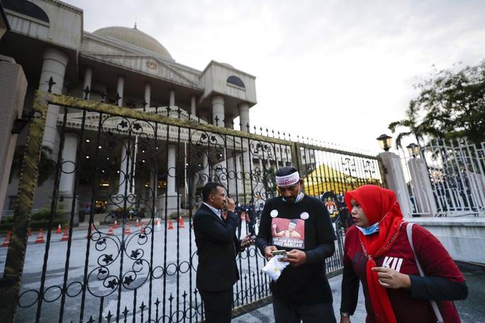 Cựu Thủ tướng Malaysia Najib lãnh 12 năm tù - Ảnh 3.