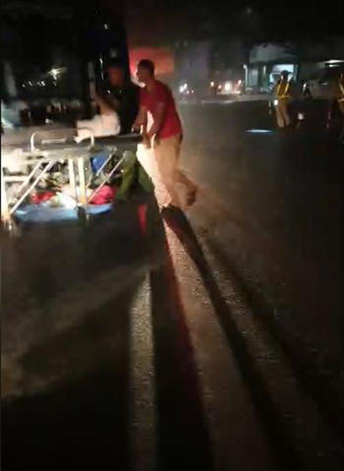 Va chạm giữa xe bồn và xe khách giường nằm, gần 20 người bị thương - Ảnh 2.