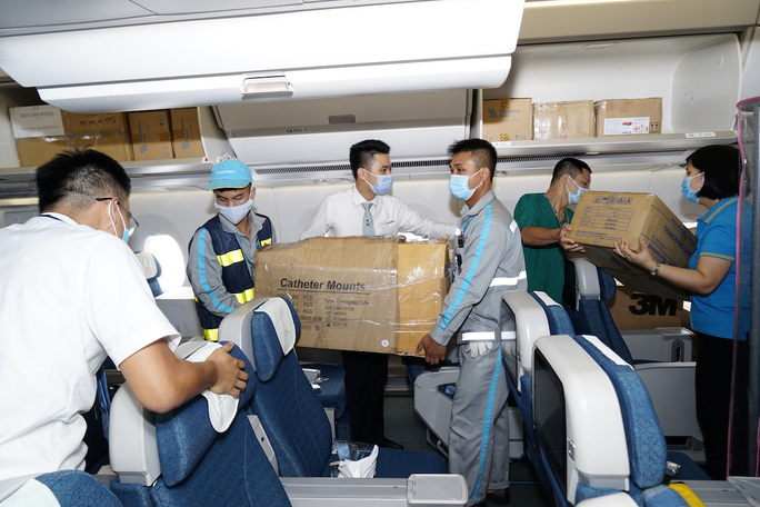 Bên trong chuyến bay đặc biệt đón 120 bệnh nhân Covid-19 từ Guinea Xích đạo về nước - Ảnh 5.