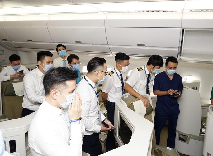 Bên trong chuyến bay đặc biệt đón 120 bệnh nhân Covid-19 từ Guinea Xích đạo về nước - Ảnh 6.