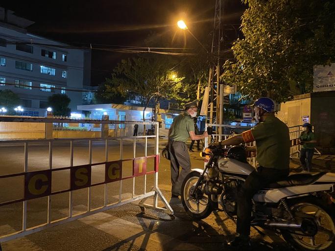 Cận cảnh phong tỏa chốt ra vào 3 bệnh viện lớn ở Đà Nẵng - Ảnh 9.