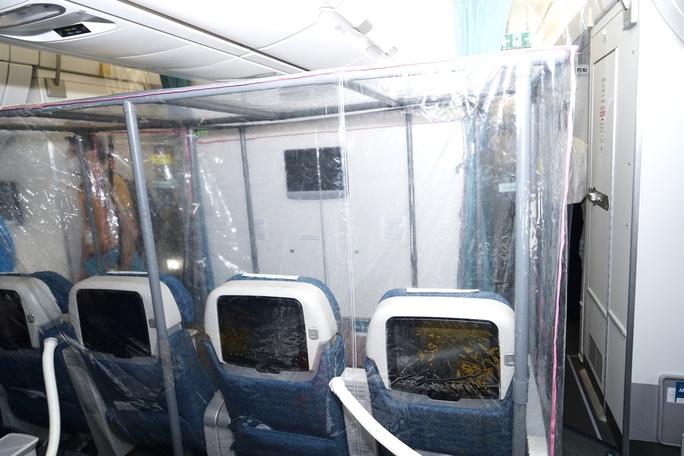 Bên trong chuyến bay đặc biệt đón 120 bệnh nhân Covid-19 từ Guinea Xích đạo về nước - Ảnh 8.