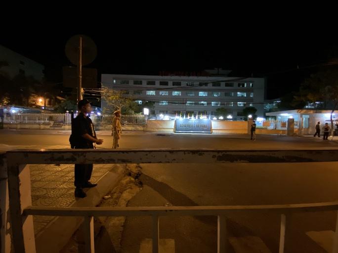 Cận cảnh phong tỏa chốt ra vào 3 bệnh viện lớn ở Đà Nẵng - Ảnh 10.