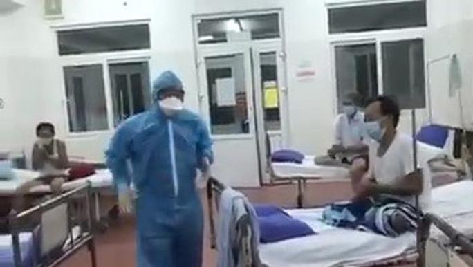 Xúc động clip một Bác sĩ Bệnh viện C hát cùng bệnh nhân trong khu cách ly - Ảnh 2.
