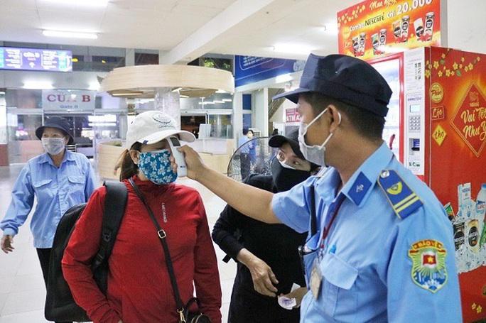 Trong hơn 2 ngày, Bến xe Miền Đông tiếp nhận 19 chuyến xe từ Đà Nẵng đến - Ảnh 1.