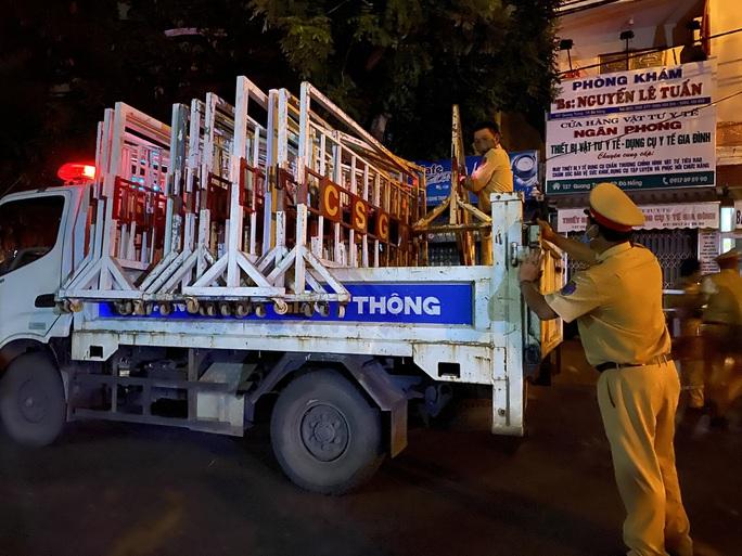 Cận cảnh phong tỏa chốt ra vào 3 bệnh viện lớn ở Đà Nẵng - Ảnh 2.