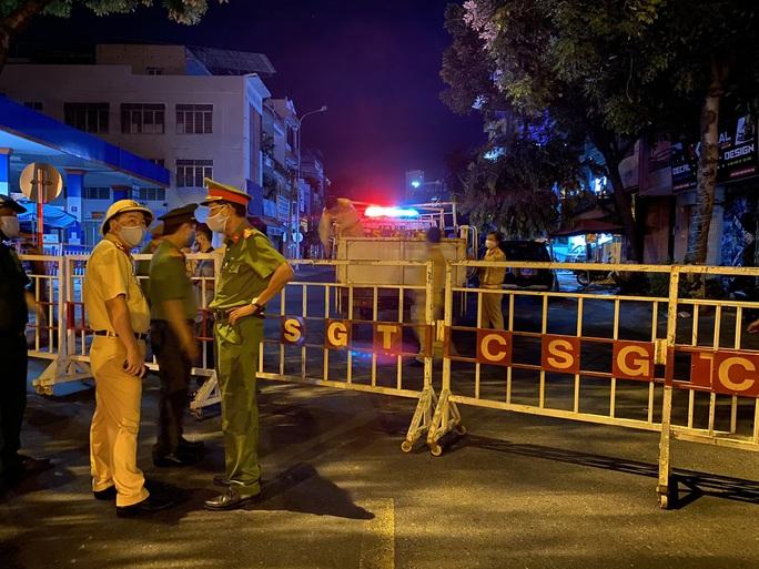 Cận cảnh phong tỏa chốt ra vào 3 bệnh viện lớn ở Đà Nẵng - Ảnh 4.