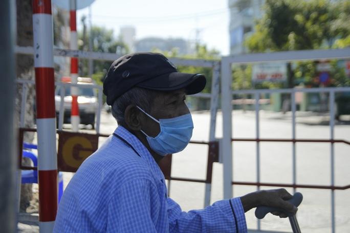 Người chạy thận lao đao trong ngày đầu Bệnh viện Đà Nẵng phong tỏa hoàn toàn - Ảnh 5.