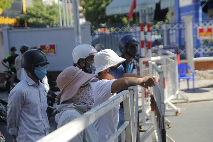 Người chạy thận lao đao trong ngày đầu Bệnh viện Đà Nẵng phong tỏa hoàn toàn - Ảnh 2.
