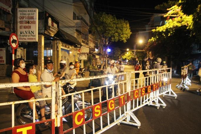 Cận cảnh phong tỏa chốt ra vào 3 bệnh viện lớn ở Đà Nẵng - Ảnh 5.