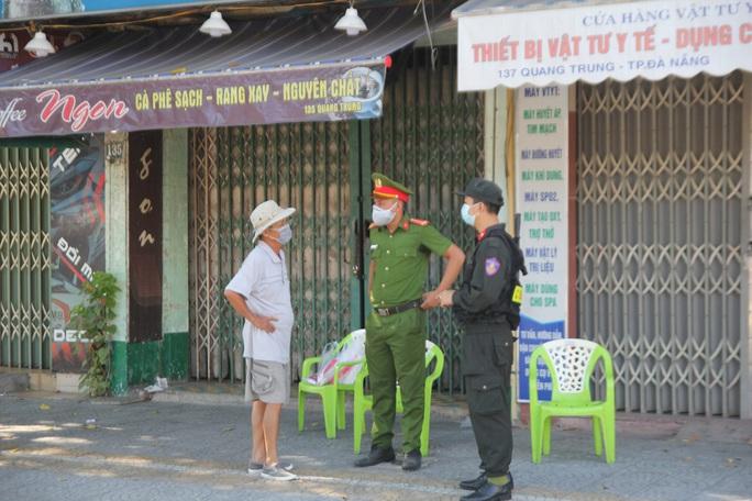 Người chạy thận lao đao trong ngày đầu Bệnh viện Đà Nẵng phong tỏa hoàn toàn - Ảnh 8.