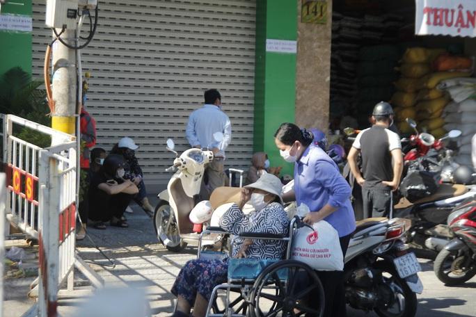 Người chạy thận lao đao trong ngày đầu Bệnh viện Đà Nẵng phong tỏa hoàn toàn - Ảnh 1.