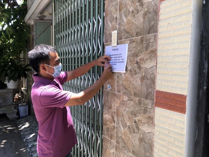 Hai gia đình ở Quảng Ngãi dán thông báo tự cách ly, xin hàng xóm không lại gần - Ảnh 2.