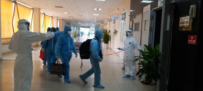 15 bệnh nhân sốt cao trên chuyến bay đón công dân từ Guinea Xích đạo về nước - Ảnh 12.