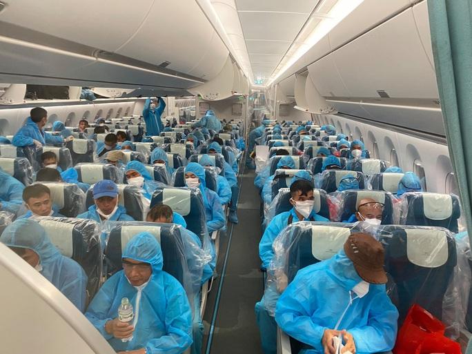 Clip: Chuyến bay đón 129 bệnh nhân Covid-19 từ Guinea Xích đạo hạ cánh an toàn - Ảnh 3.
