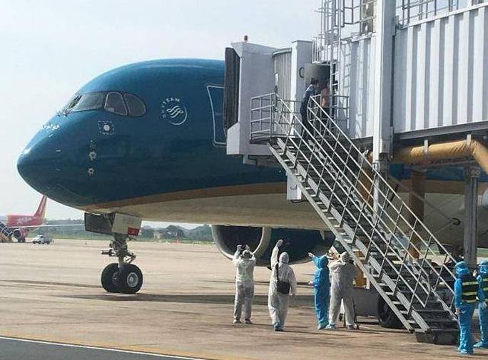 Clip: Chuyến bay đón 129 bệnh nhân Covid-19 từ Guinea Xích đạo hạ cánh an toàn - Ảnh 6.