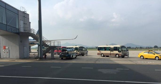 Clip: Chuyến bay đón 129 bệnh nhân Covid-19 từ Guinea Xích đạo hạ cánh an toàn - Ảnh 10.