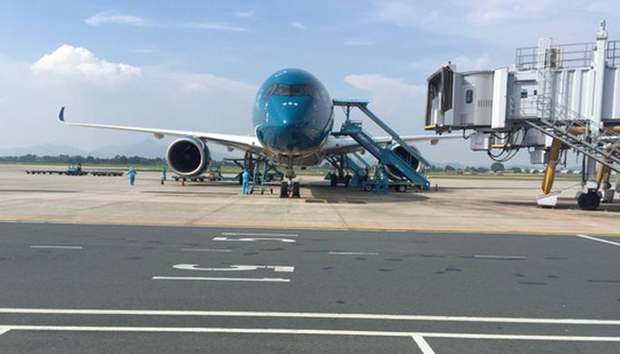 Clip: Chuyến bay đón 129 bệnh nhân Covid-19 từ Guinea Xích đạo hạ cánh an toàn - Ảnh 4.