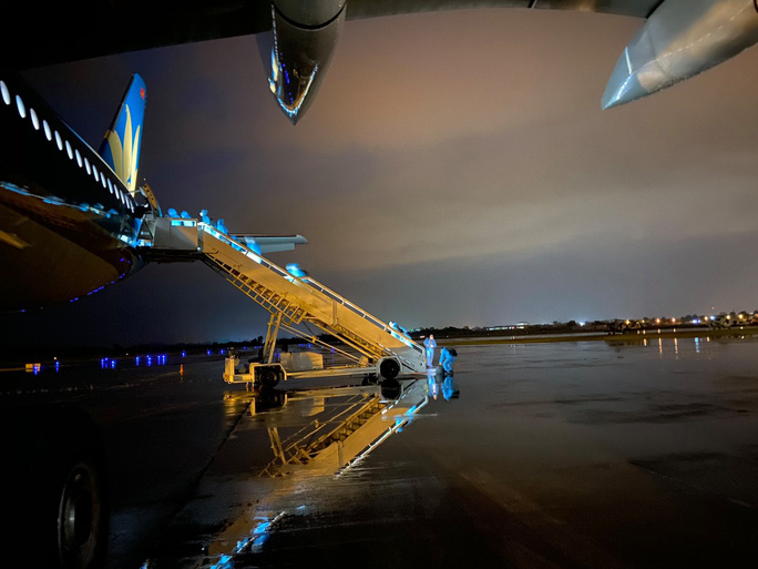 Clip: Chuyến bay đón 129 bệnh nhân Covid-19 từ Guinea Xích đạo hạ cánh an toàn - Ảnh 1.