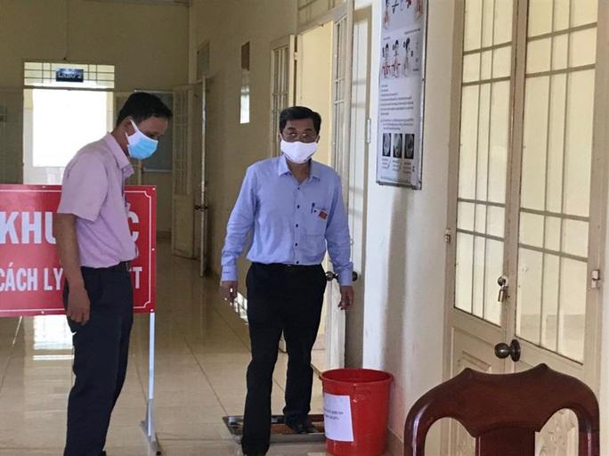 Phong tỏa 1 khoa của bệnh viện, truy tìm người đi chung xe khách có người mắc Covid-19   - Ảnh 1.