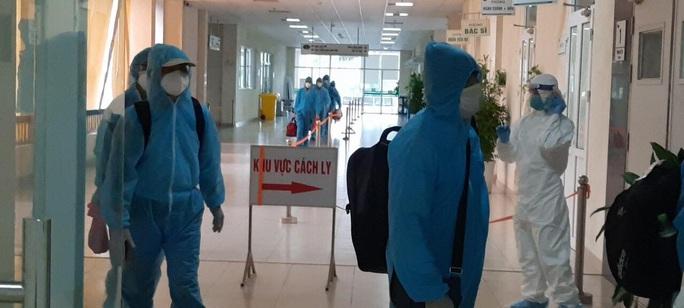Clip: Chuyến bay đón 129 bệnh nhân Covid-19 từ Guinea Xích đạo hạ cánh an toàn - Ảnh 13.
