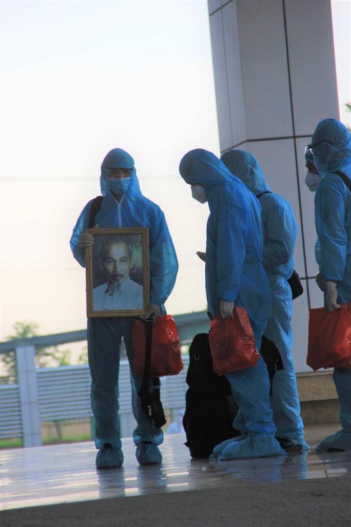 15 bệnh nhân sốt cao trên chuyến bay đón công dân từ Guinea Xích đạo về nước - Ảnh 3.