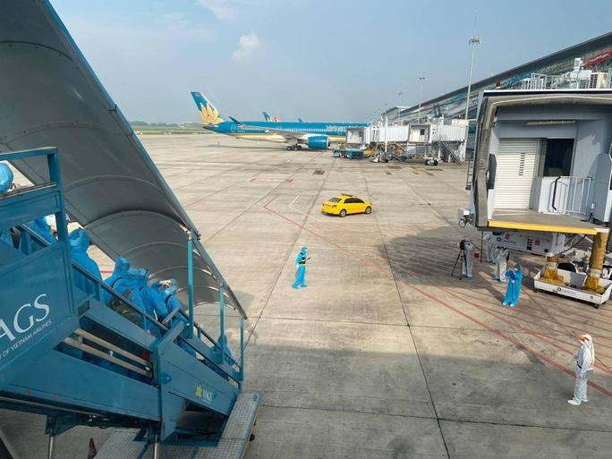Clip: Chuyến bay đón 129 bệnh nhân Covid-19 từ Guinea Xích đạo hạ cánh an toàn - Ảnh 9.