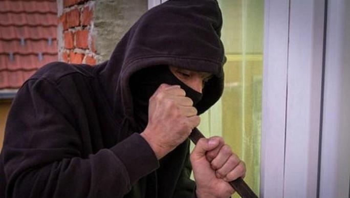 Vờ xin nước chế mì tôm ăn sáng, 2 thanh niên lừa cụ bà lấy trộm 17,6 triệu đồng - Ảnh 1.