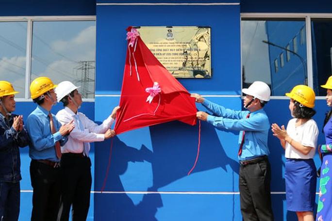 Gắn biển công trình chào mừng ngày thành lập Công đoàn Việt Nam - Ảnh 1.